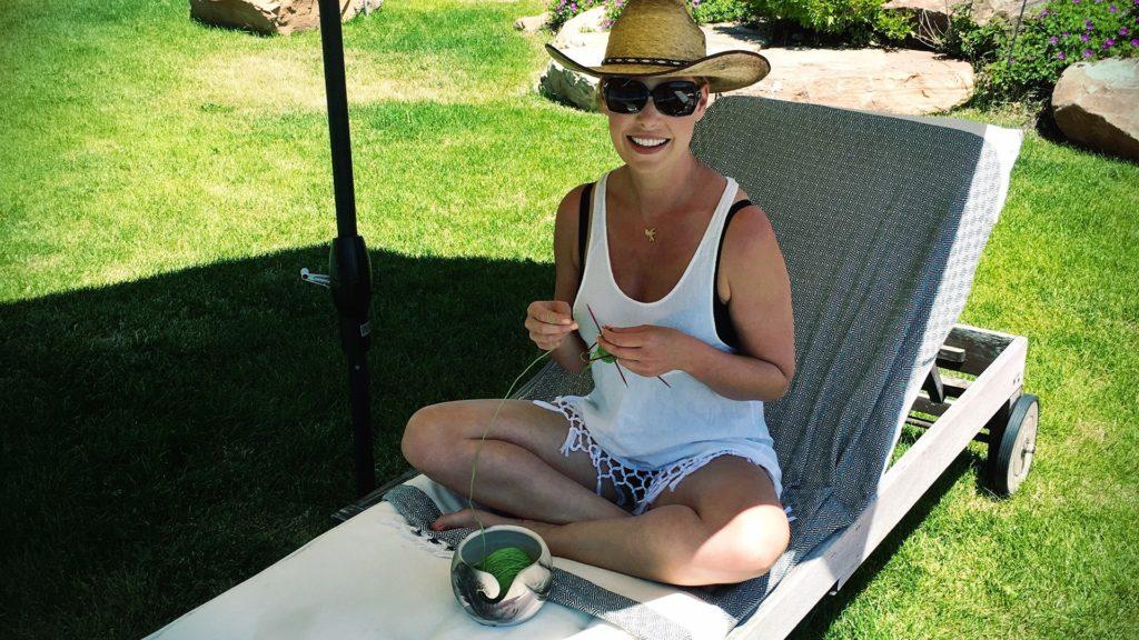 Katherine Heigl knitting by the pool