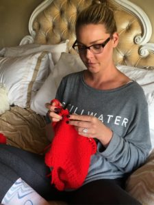 Katherine Heigl knitting an Azel Pullover