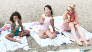 Adalaide, Naleigh and Katherine Heigl enjoying ice cream on the beach